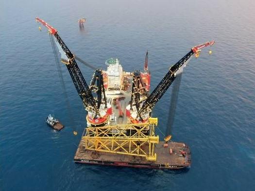 Heerema crane vessel Sleipnir installs Hod B topsides